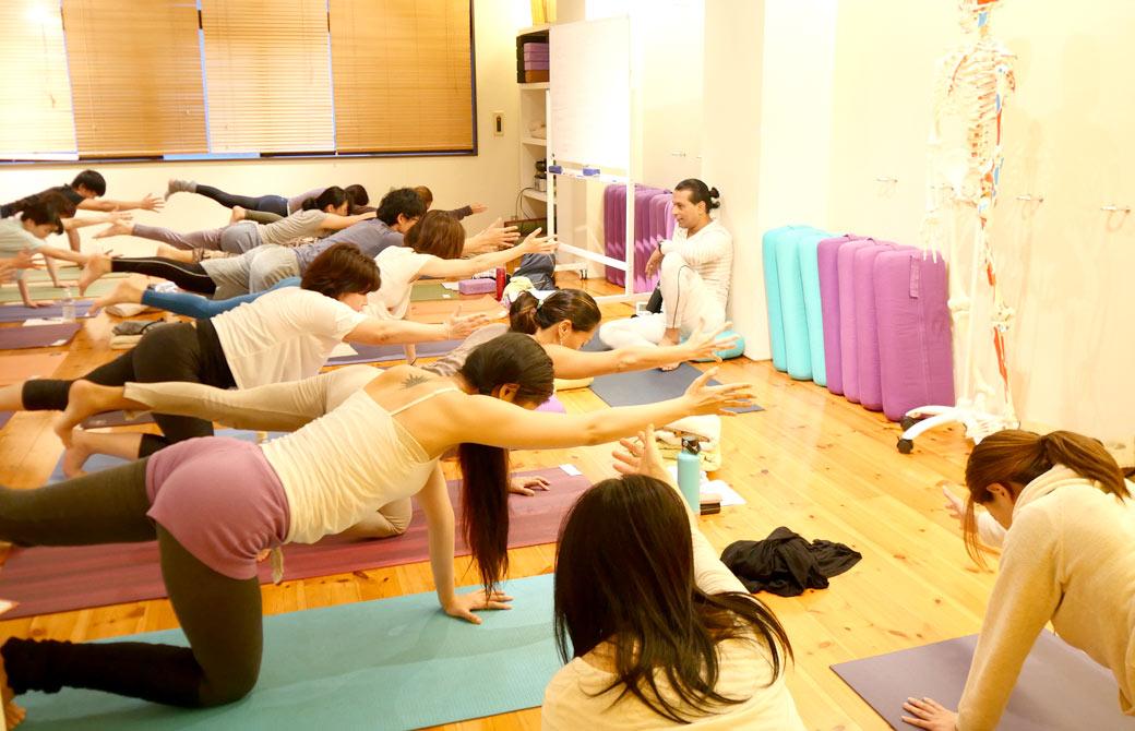 クリシュナ・グルジによるアーユルヴェーダに基づくアーサナを学ぶ講座でアーサナを実践している様子