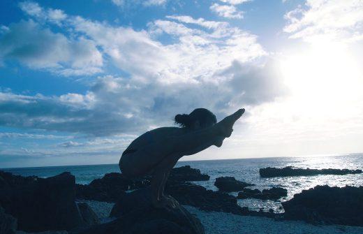 ヨーコ・フジワラがハワイの青空の下でプラクティスしている様子