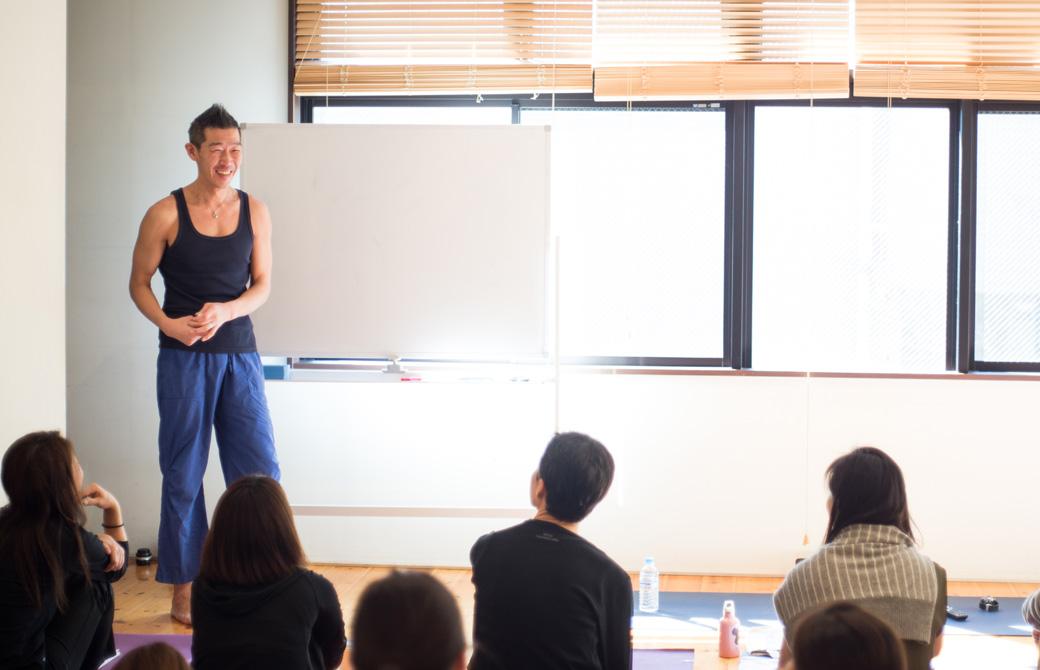 中島正明先生がRYT200ヨガ指導者養成講座でお話している様子