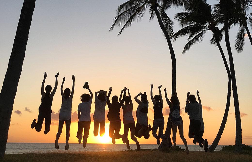 サンガワイ生が夕日に向かってジャンプしている様子