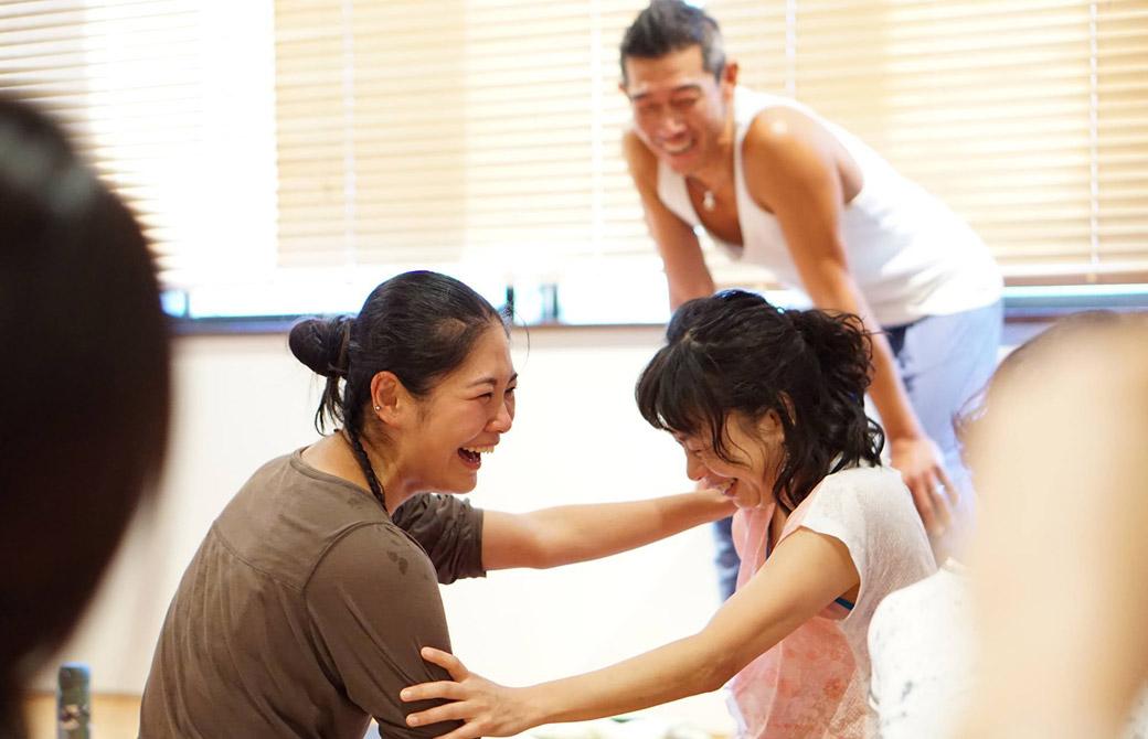 RYT200ヨガ指導者養成講座で生徒さん同士が笑いあっている写真