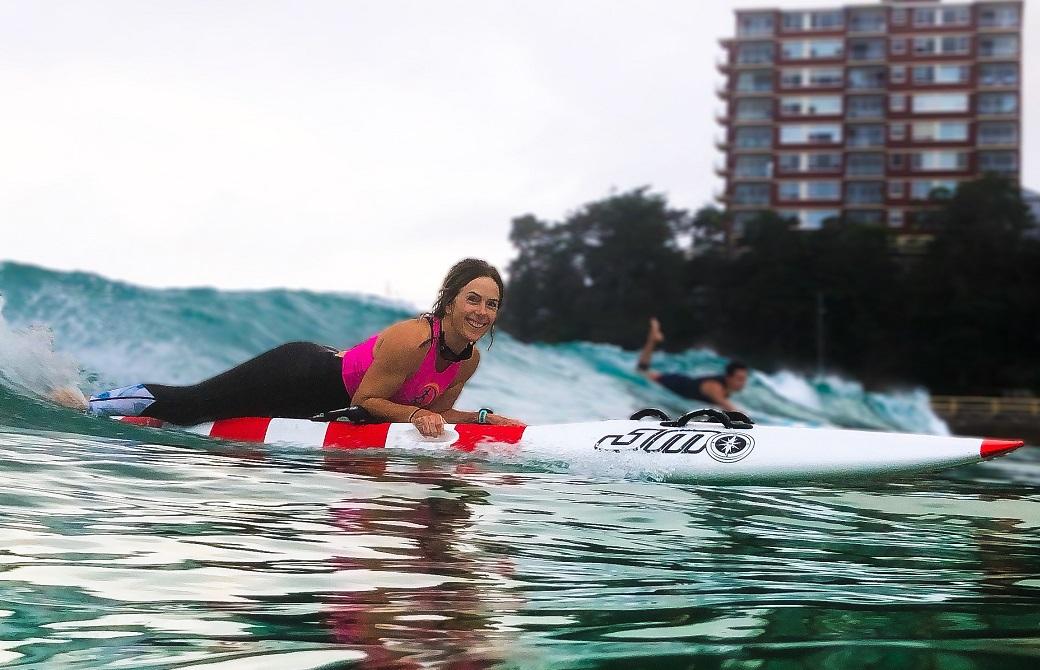 笑顔でサーフィンをするマリ・ノタラス先生