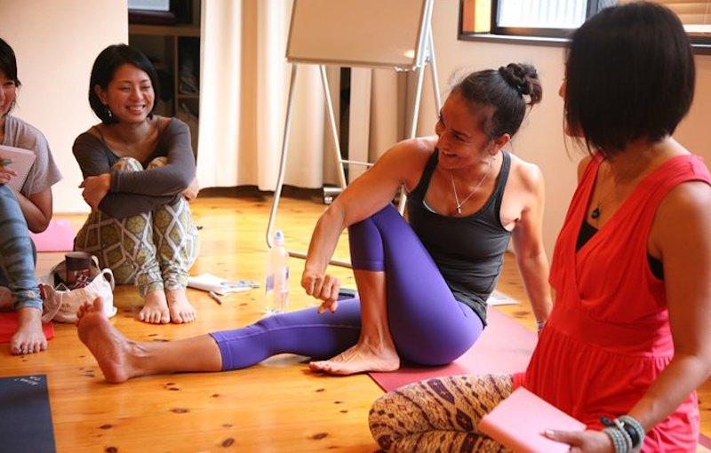 股関節の柔軟方法を笑顔で解説するキャシー・ルイーズ