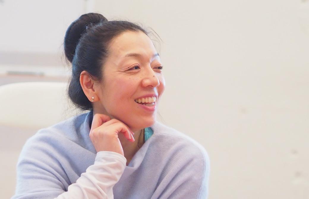 川原朋子先生がハートオブヨガ指導者養成講座で、生徒さんにお話ししている様子