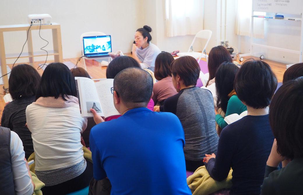 ハートオブヨガ指導者養成講座で、川原朋子先生が、皆にヨーガの真実を使いながら講義をしている様子