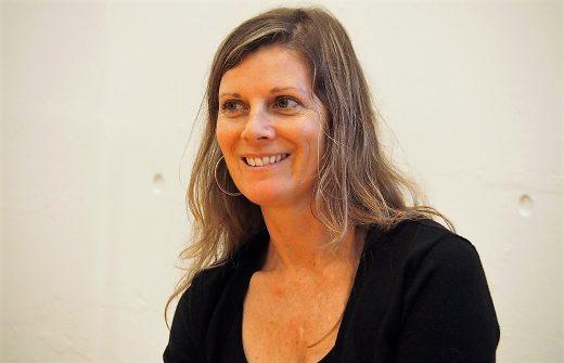 笑顔で語りかけるブリスベイビーヨガ協会の講師エマ・グラント先生