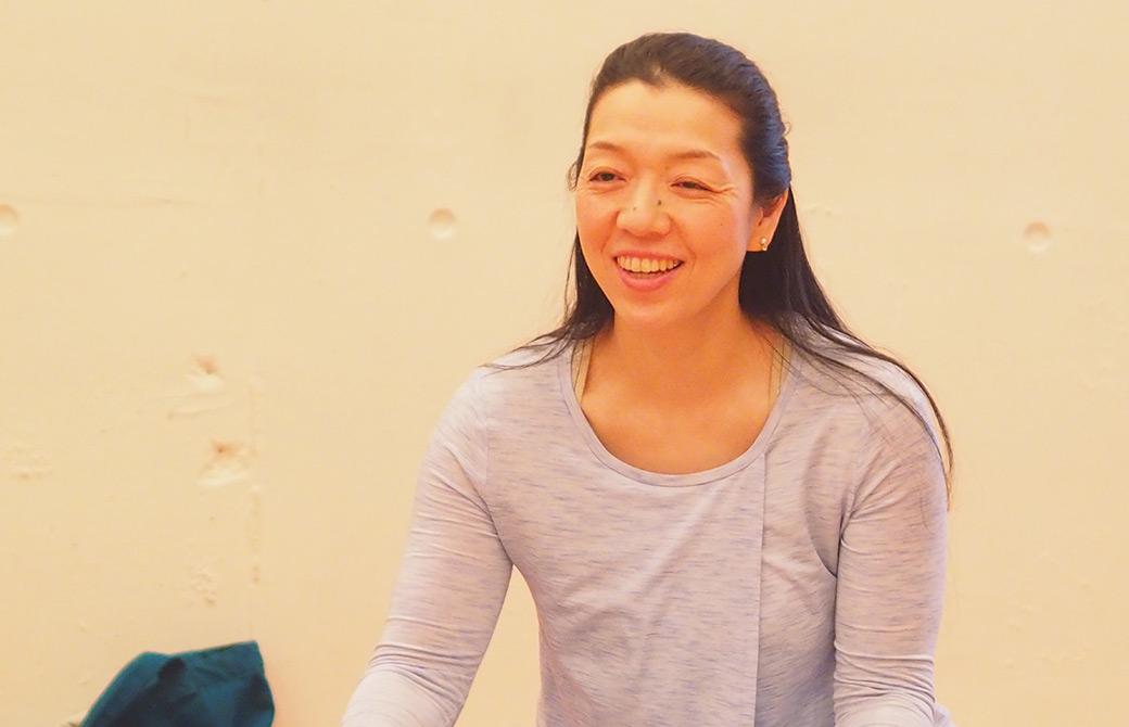 川原朋子先生が笑顔でお話されている様子