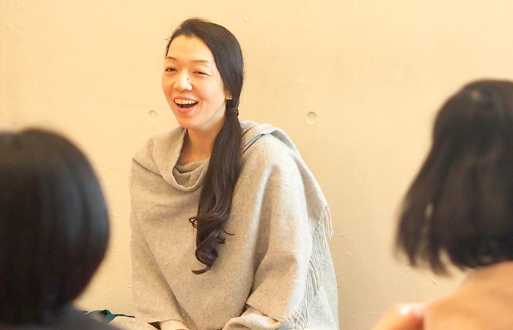 ハートオブヨガ指導者養成講座で生徒さんにお話する朋子先生