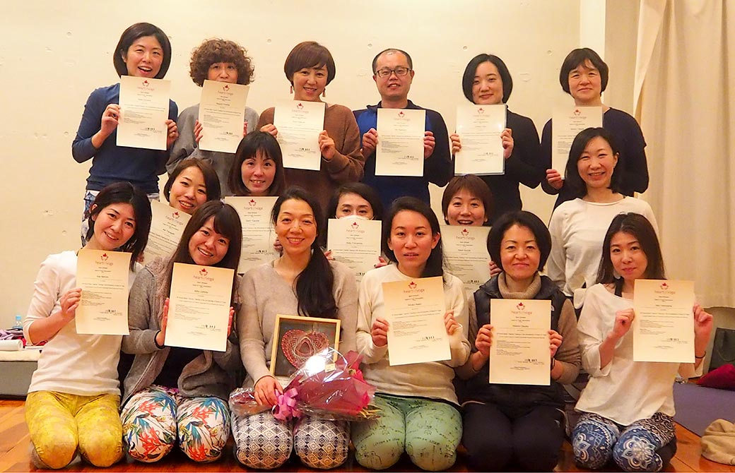 川原朋子先生によるハートオブヨガ指導者養成講座集合写真