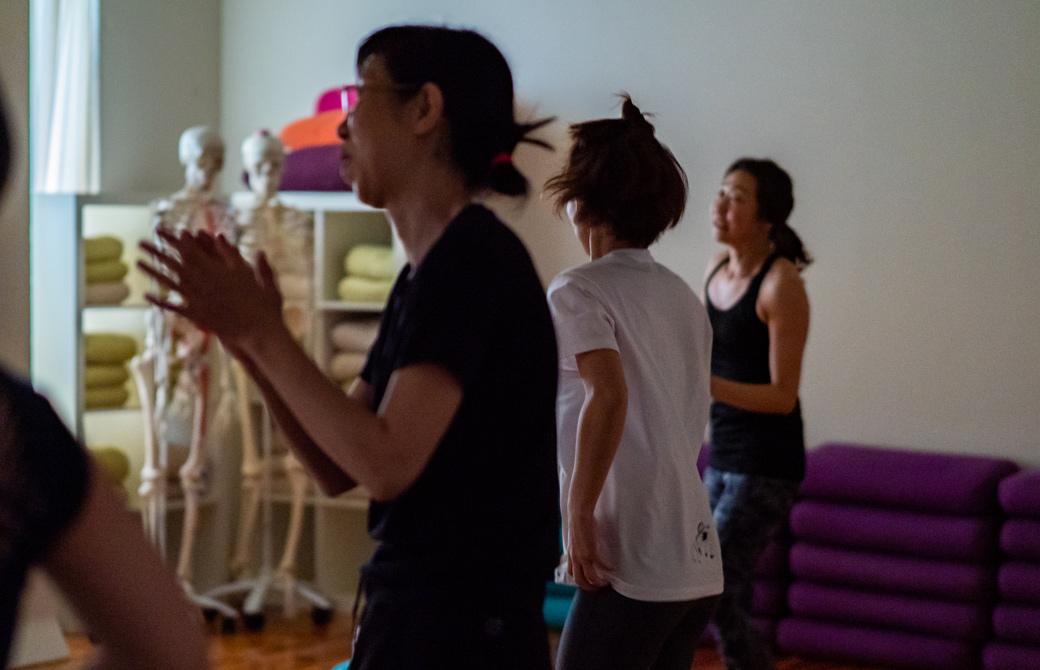 Maikokurata先生のクンダリーニヨガ90分クラスの様子。体を大きく自由に動かしている生徒さん