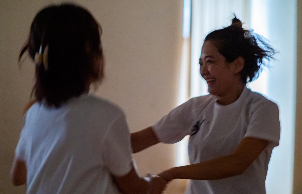 Maikokurata先生のクンダリーニヨガ90分クラスの様子。笑顔で両手を繋ぎ体を動かしている様子