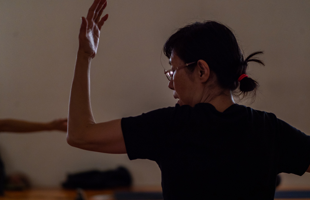 Maikokurata先生のクンダリーニヨガ90分クラスの様子。左腕を曲げて左側を向いている様子