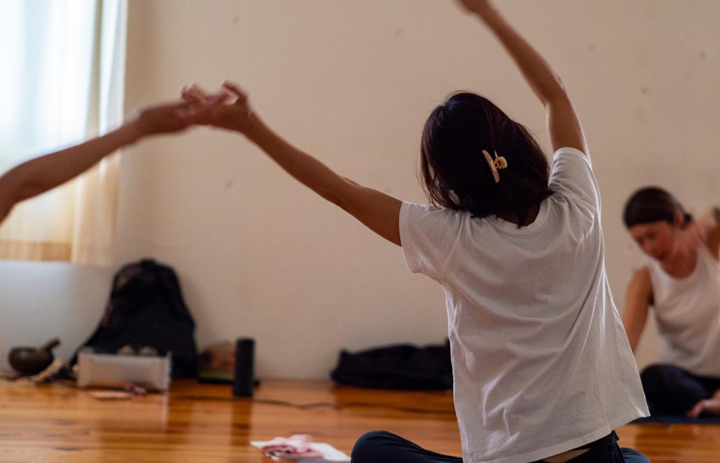 Maikokurata先生のクンダリーニヨガ90分クラスの様子。両手を上に高く上げて、体を左右にゆらゆらと揺らしている。