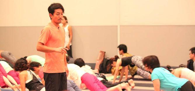 ヨガフェスタで教えている山本俊朗先生