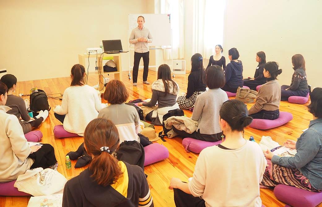 タイラー・モンガン先生のマインドラボで瞑想をしている様子