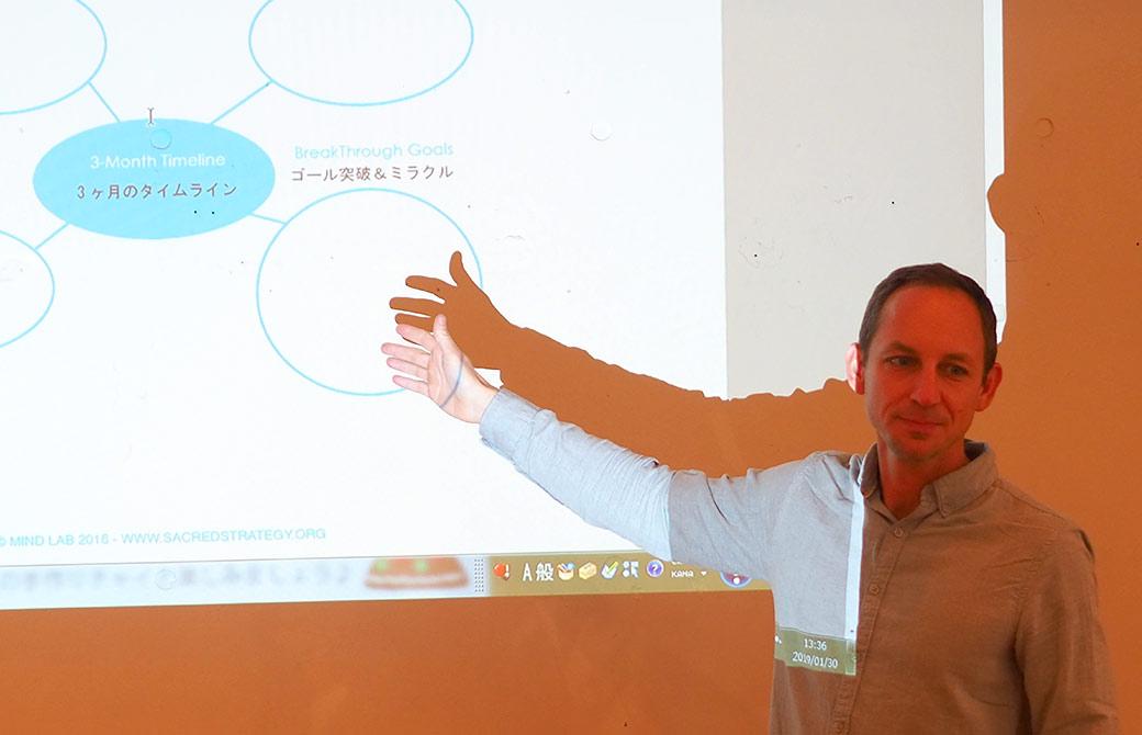 タイラー・モンガン先生のマインドラボで講座をしている様子