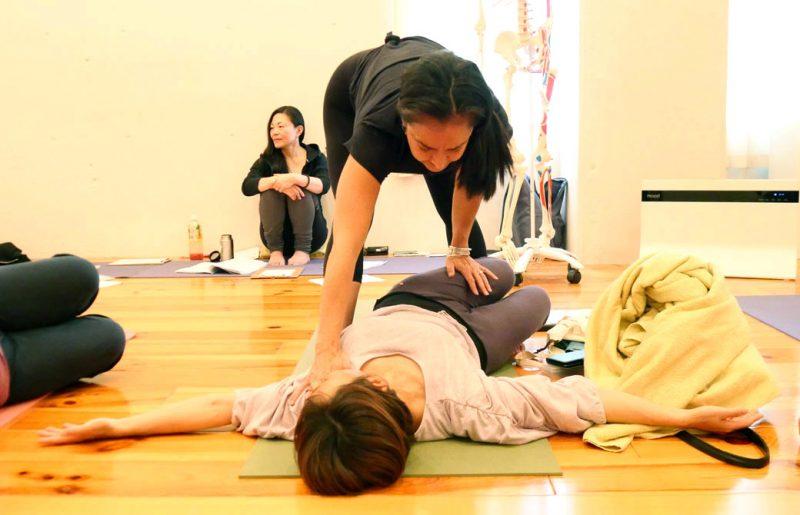 女性の身体に合ったアーサナを練習している様子。