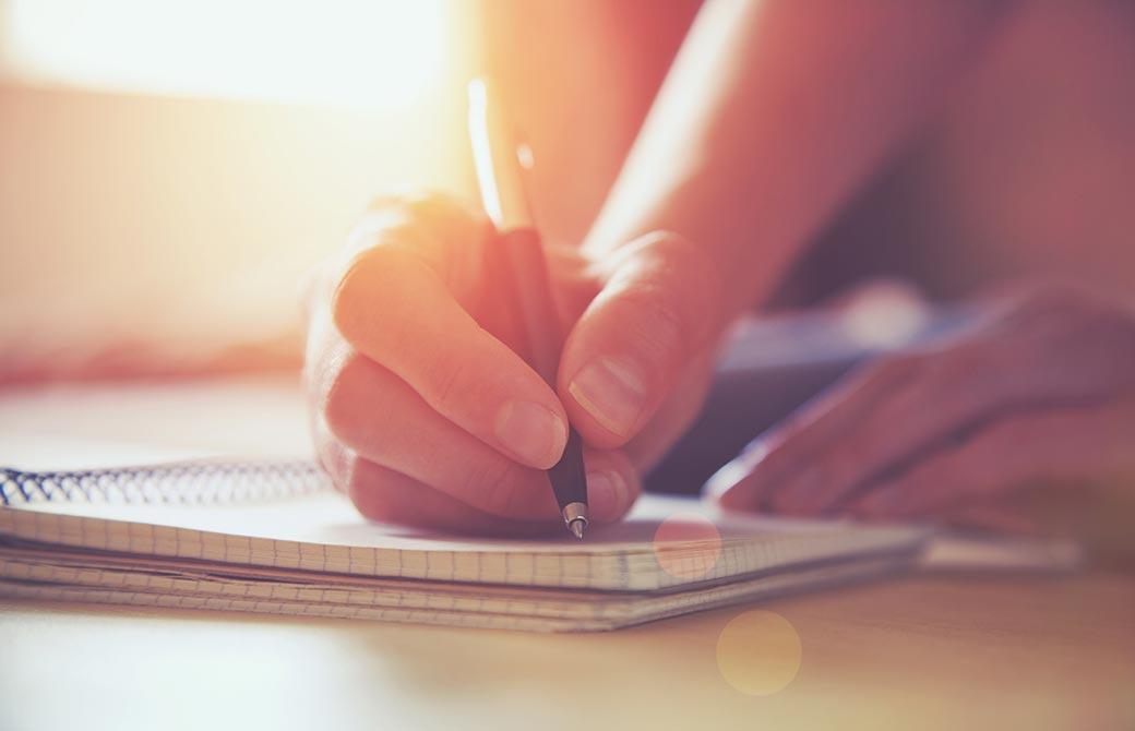 文章を書いている手