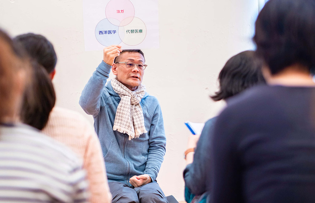 ヨガ×怪我疾患総合講座で内田かつのり先生がお話している様子