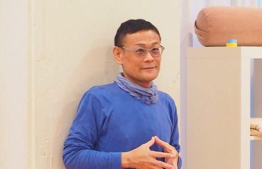 ヨガ解剖学ティーチャートレーニングの内田かつのり先生