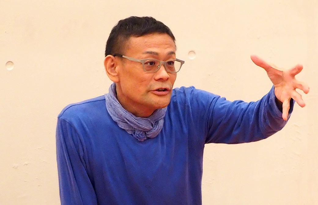 ヨガ解剖学講座で熱弁している内田かつのり先生
