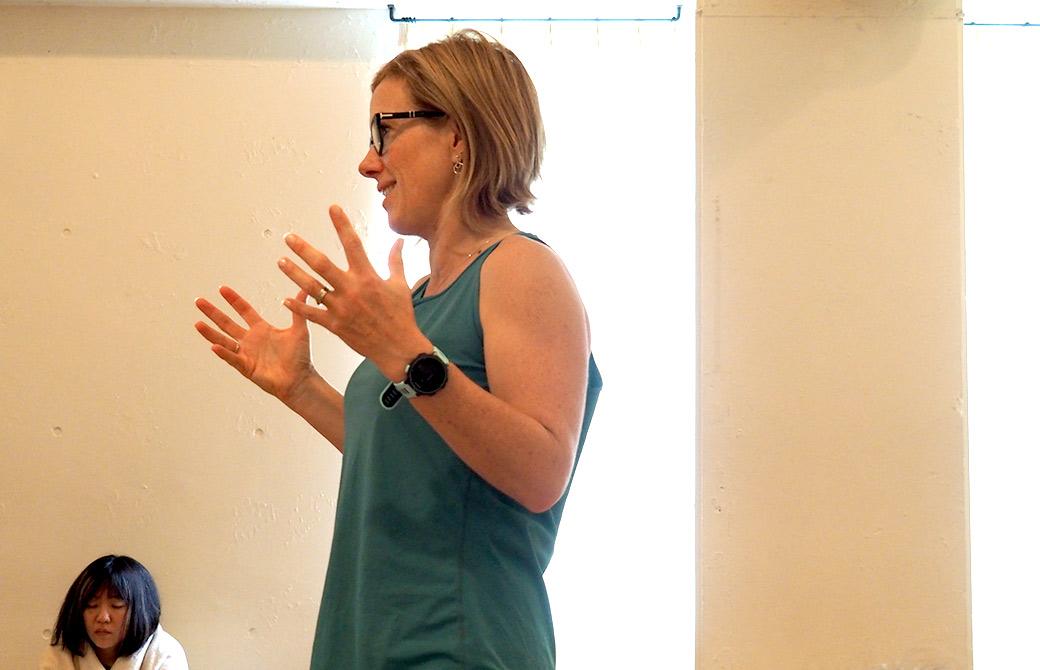 生徒の前で講義をするマリ・ノタラス先生