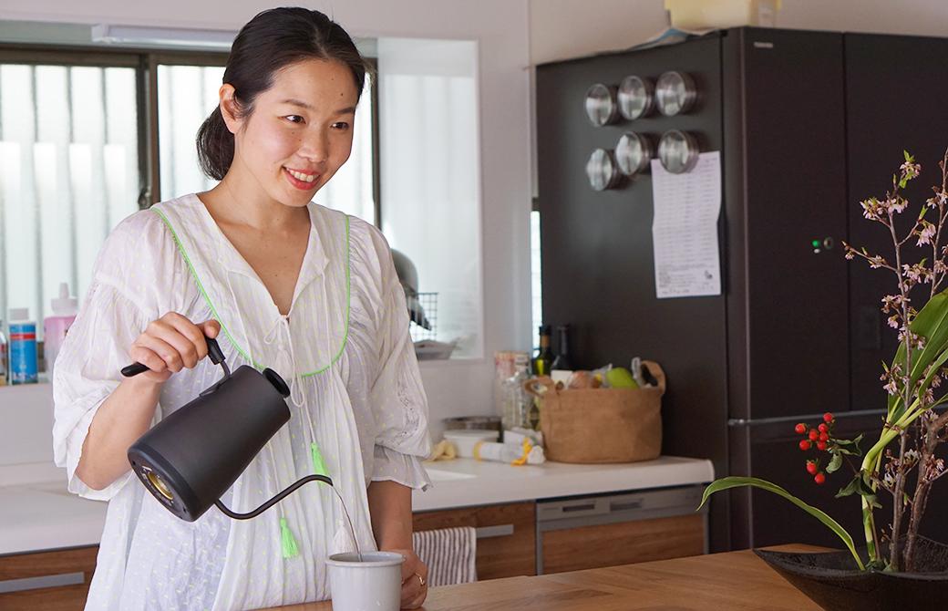 ヨガ講師佐久間涼子先生が自宅でコーヒーを淹れている