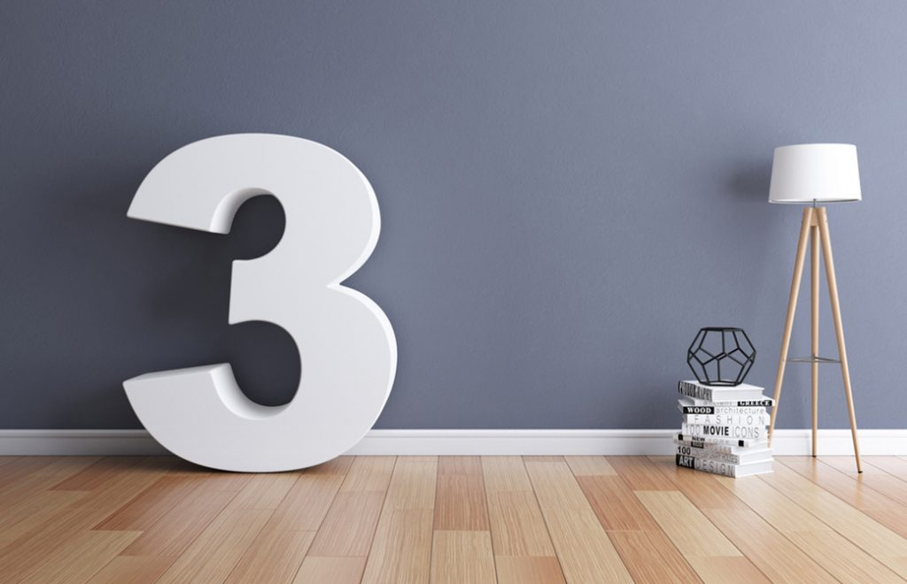 3の数字が壁の前に立っている