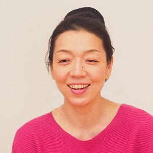 笑顔でインタビューを受けている川原朋子先生