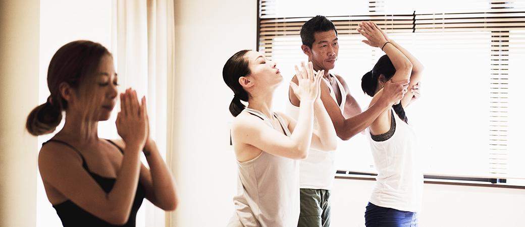 ヴィンヤサフローのクラスを指導する中島正明先生