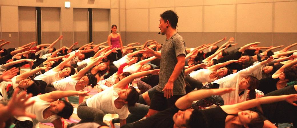 ヨガフェスタで200人に指導している山本俊朗