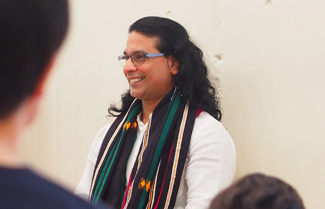 クリシュナ・グルジ先生がヨガ哲学を教えている