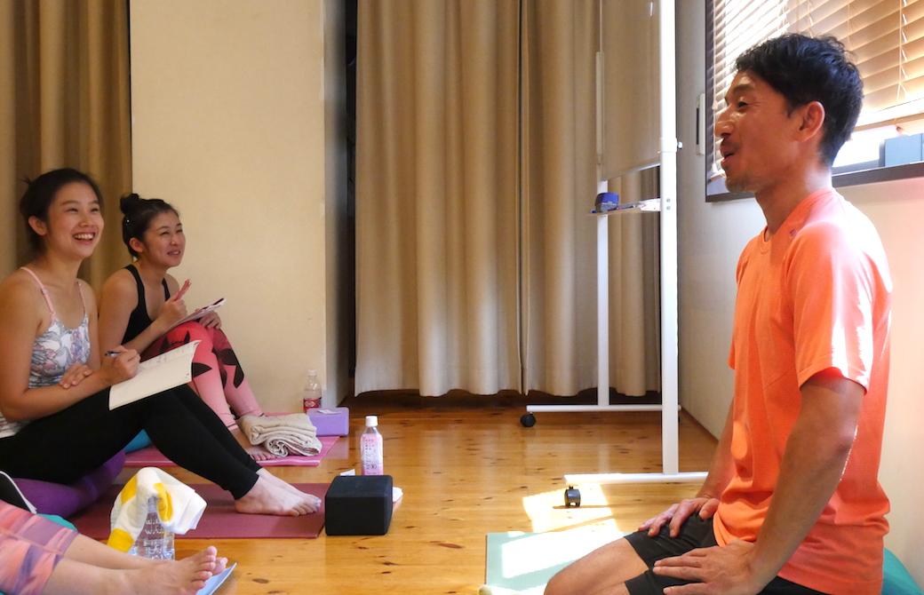 説明する山本俊朗と笑顔の生徒たち