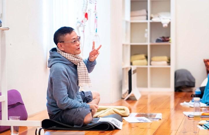 内田かつのり先生が問診票と怪我の概論で話をしている様子