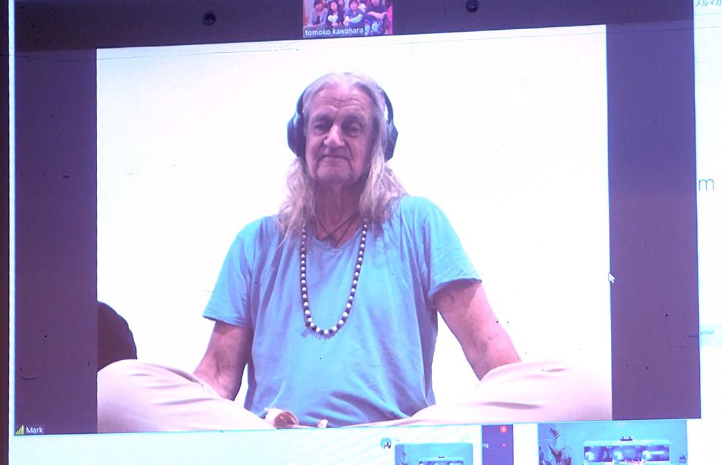 ハートオブヨガ指導者養成講座でマーク・ウィットウェル先生がスカイプ講義をされている様子