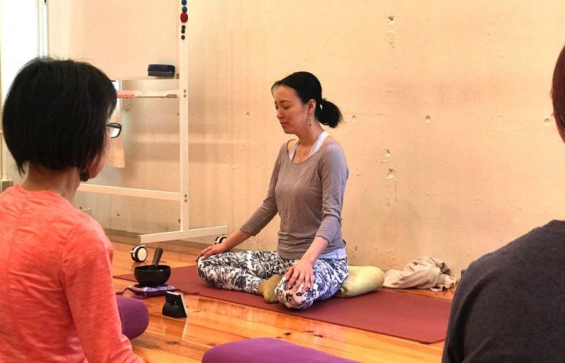 目を閉じ、あぐらで瞑想をする福田真理先生