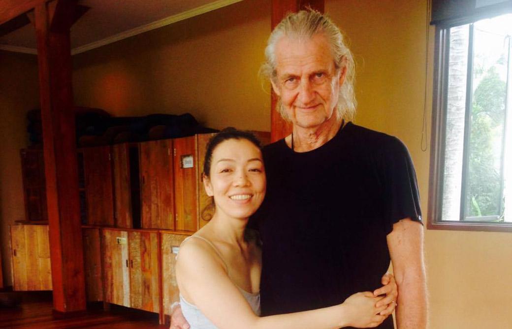 川原朋子先生とマーク・ウィットウェル先生が一緒に写真を撮っている