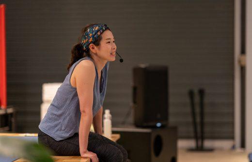 舞台の上にマイクを付けて座る佐久間涼子先生