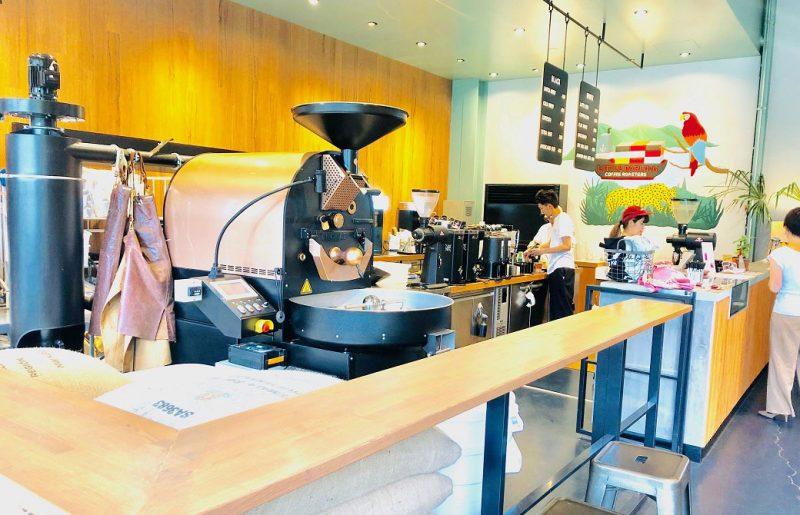 シェアグリーン南青山の併設カフェ。大きなコーヒーマシーン