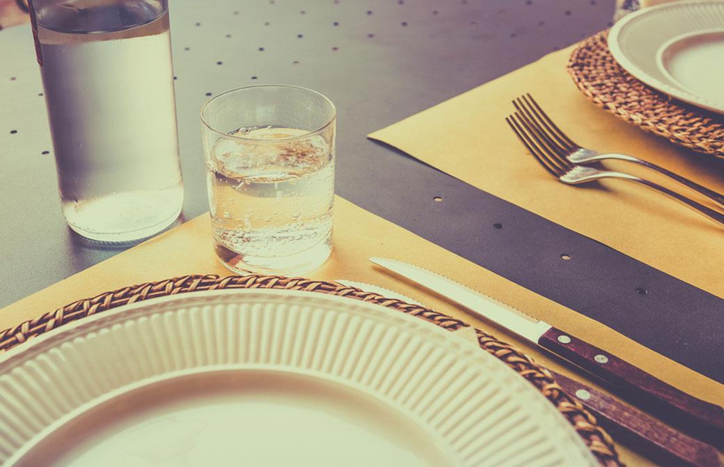 食器と共に並べられたグラスに注がれた水