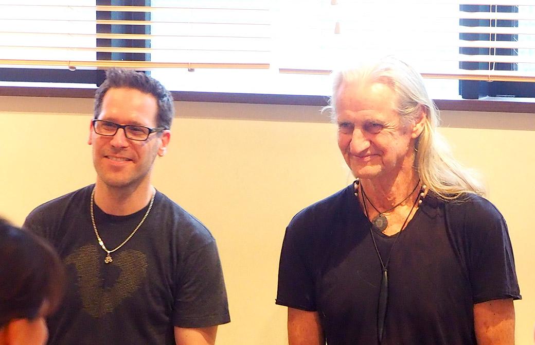J.ブラウン先生とマーク・ウィットウェル先生が笑顔でお話されている様子
