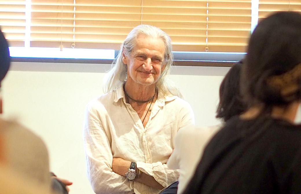 マーク・ウィットウェル先生が笑顔でお話している様子