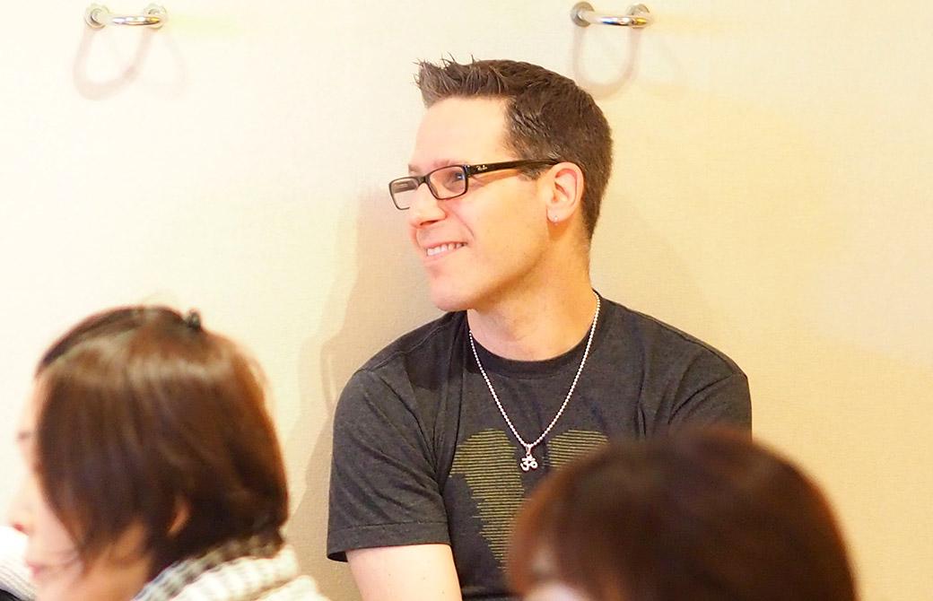 笑顔でマーク先生のお話を聞くジェイ先生
