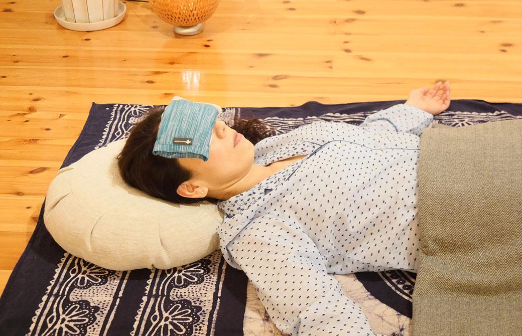 リストラティブヨガを行っている川原朋子先生の頭の部分の写真