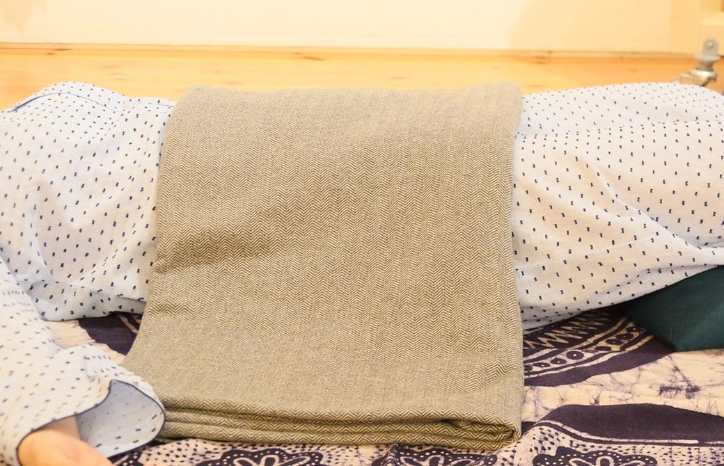 リストラティブヨガを実践している川原朋子先生のブランケットの写真