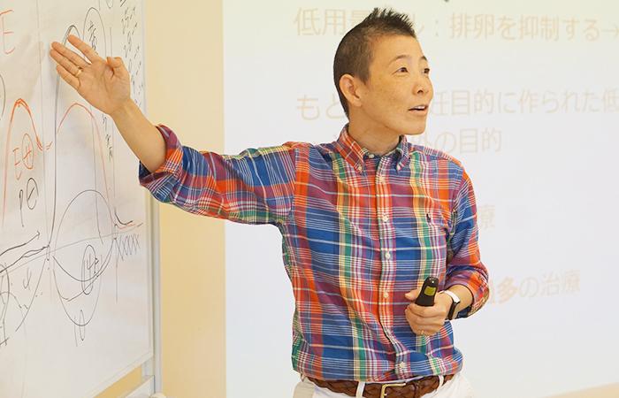 1か月の月経周期について説明する高尾美穂先生