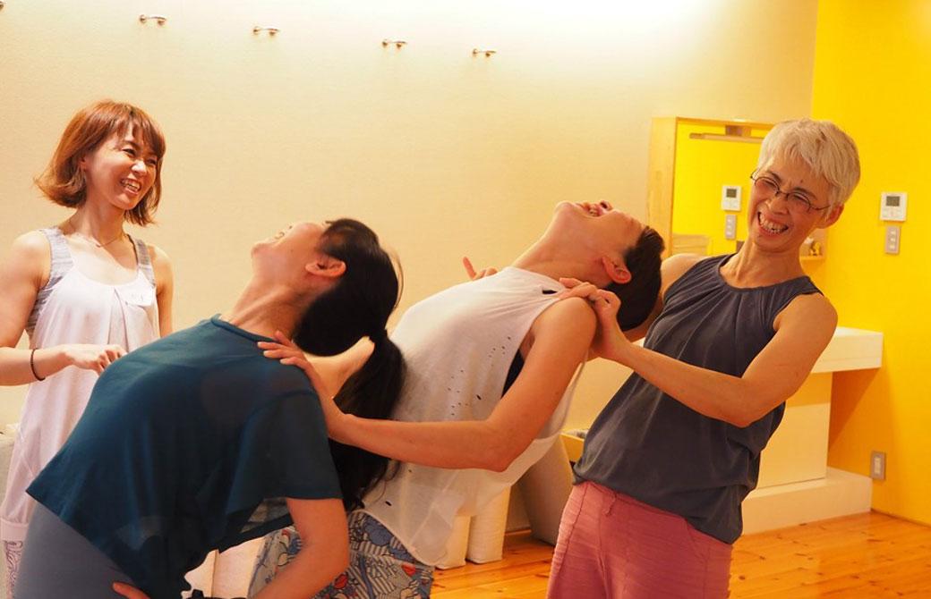 笑いが止まらない中井まゆみ先生(写真右)のクラス