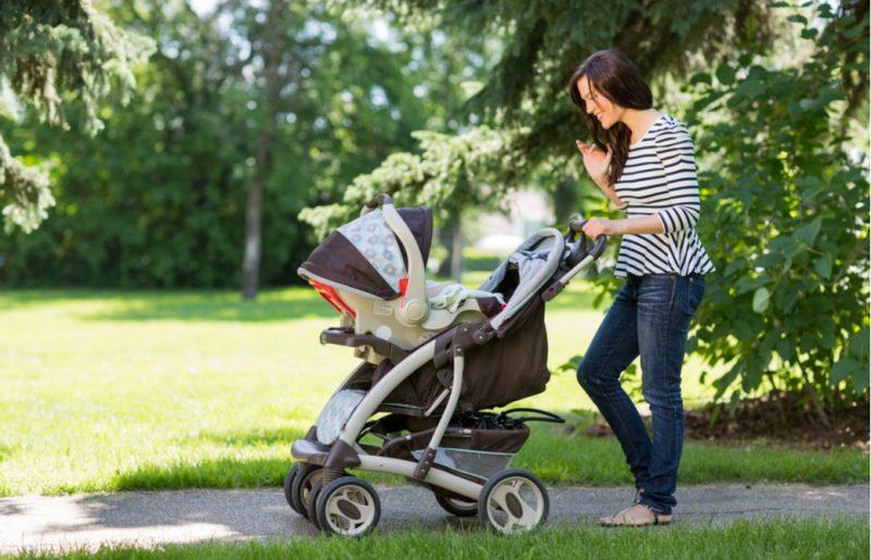 公園に赤ちゃんと散歩しに来ている母親