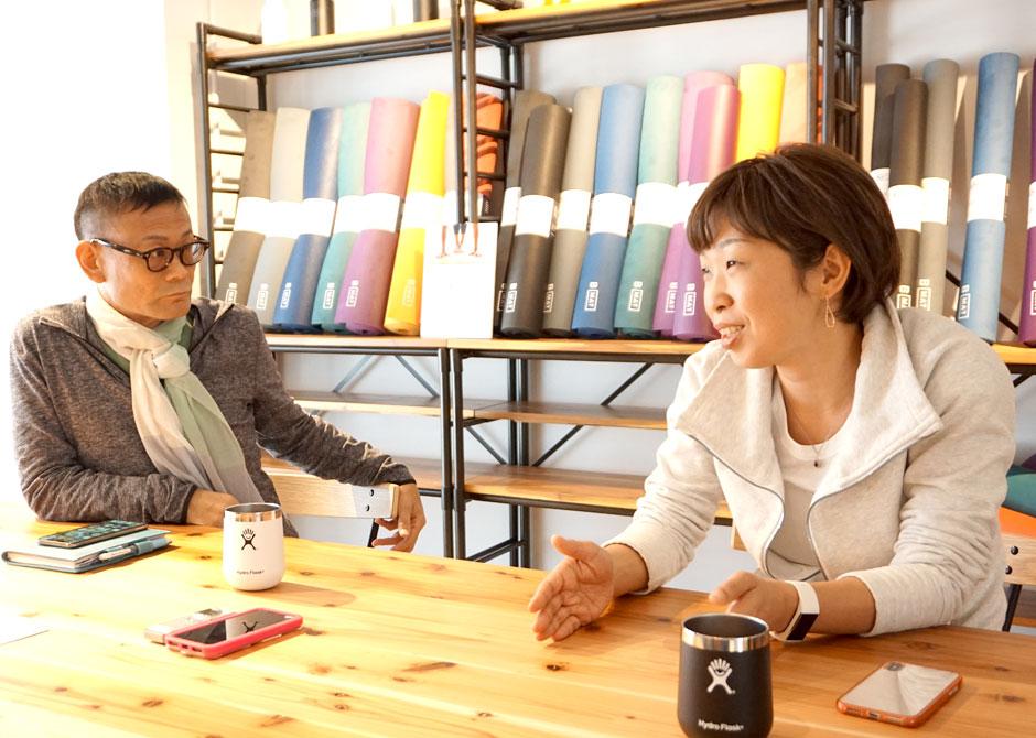 アナトミック骨盤ヨガ® についてお話する内田先生とさかたのりこ先生