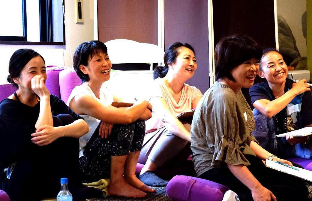 座って笑っている複数の生徒さん
